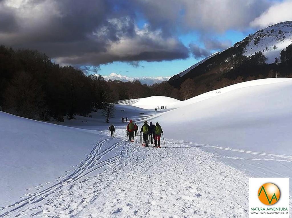 Passeggiata sulla neve con le Ciaspole a Campo Catino